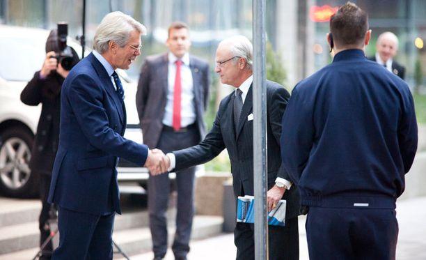Kaarle Kustaa vieraili UPM:n pääkonttorilla Helsingissä. Pitkäaikainen ystävä Björn Walhroos toivotti kuninkaan tervetulleeksi.