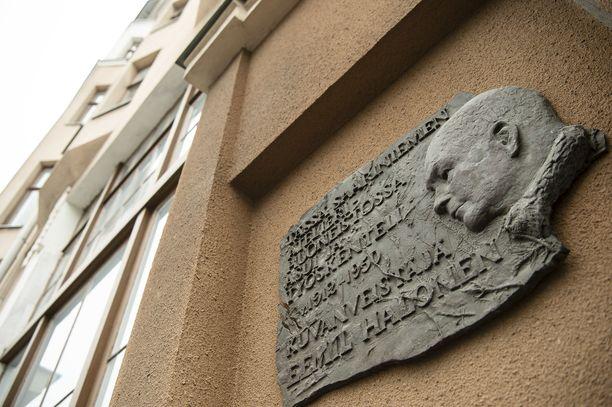 Yksityiskohta vuonna 1912 valmistuneen asunto-osakeyhtiön seinässä.