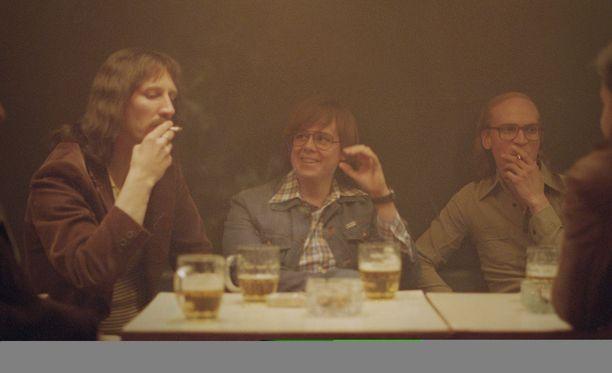 Elokuvassa liikutaan savuisissa kuppiloissa.