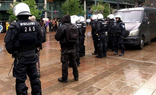 Poliisi eristi mielenosoittajat ja vastamielenosoittajat toisistaan.