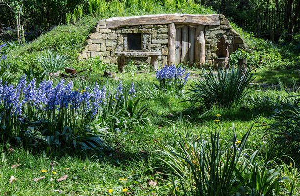 Kevät kukkii näin kauniisti Yorkshiressa sijaitsevan hobittitalon pihalla.