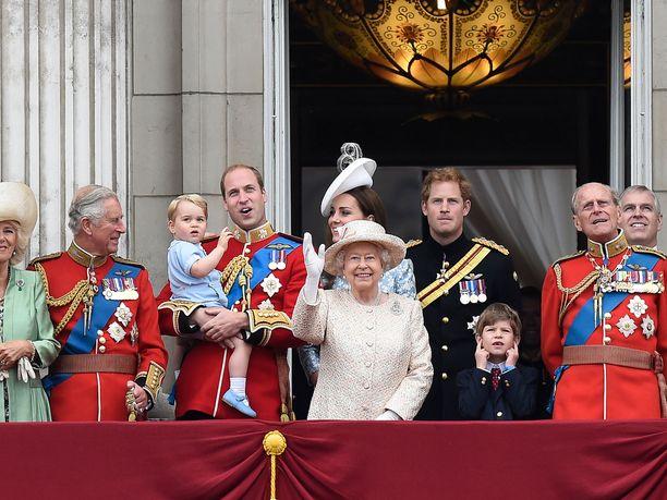 Kuningatar Elisabetin väitetään suosivan toiseksi vanhinta poikaansa, prinssi Andrew'ta (ensimmäinen oikealta).