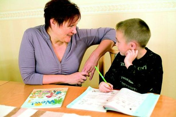 Elämänkokemuksestani on koulunkäyntiavustajana enemmän hyötyä kuin haittaa, uskoo Tarja-Maarit. Niklas-poikansa läksyt hän tarkistaa joka päivä.