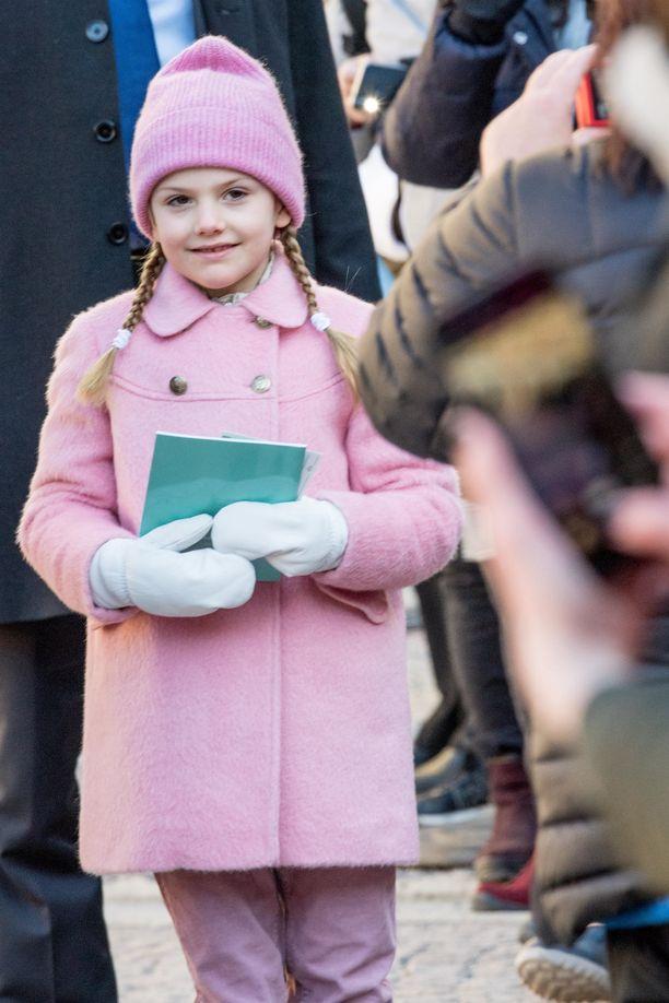 Prinsessa Estelle oli pukeutunut vaaleanpunaiseen äitinsä nimipäiväjuhlallisuuksiin maaliskuussa.