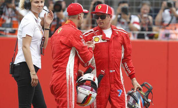 Kimi Räikkönen (oik.) onnitteli Sebastian Vetteliä paalupaikasta.