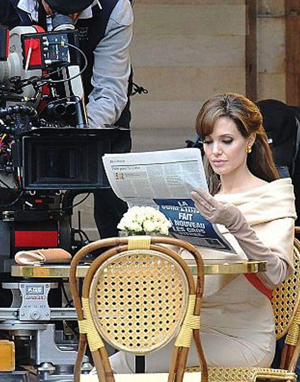 Näissä lavasteissa Angelina sai elämänkumppaniltaan mojovan pusun.