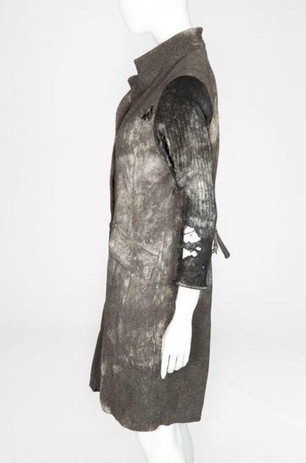 Jo vainajan yllä olleesta takista saattoi päätellä, että ruumis oli virunut maastossa pitkään.