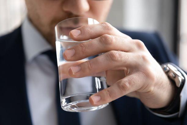 Myös stressaavina työpäivinä kannattaa muistaa juoda, jotta työteho säilyy hyvänä.