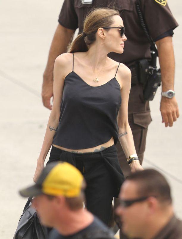 Angelina Jolie ei ole antanut leikkauksen rajoittaa pukeutumistaan.