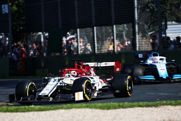 Kimi Räikkönen debytoi Alfa Romeon ratissa heti pistesijoilla.