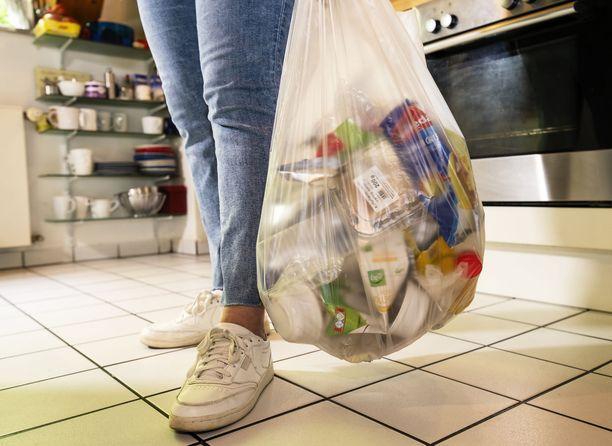 Monet ovat mökeillä jätteiden lajittelussa leväperäisempiä kuin kotona. Ole tarkkana, että et riko jätelakia lajitellessasi jätteitä.
