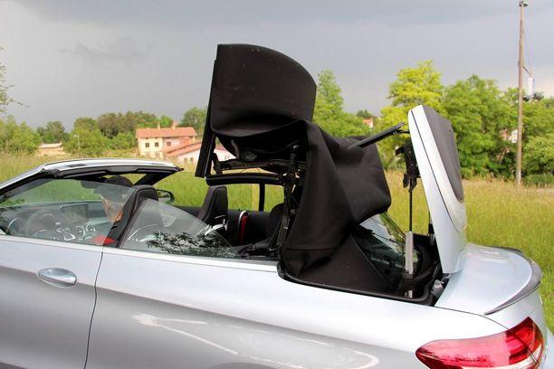 Avoauton kangaskatto avautuu tai sulkeutuu 20 sekunnissa. Mekanismi toimii myös liikkeellä ollessa alle 50 km/h -nopeudessa.