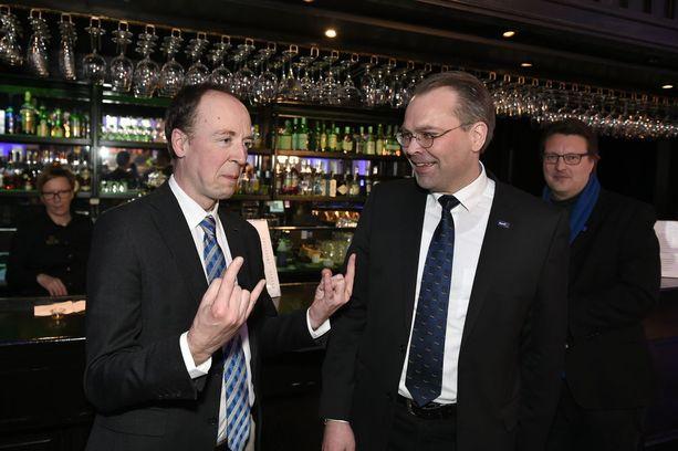 Jussi Niinistö ja Jussi Halla-aho olivat kepeissä tunnelmissa kuntavaalien valvojaisissa huhtikuussa. Miesten tiet erkanivat kesäkuussa, kun Niinistö loikkasi perussuomalaisista siniseen eduskuntaryhmään.
