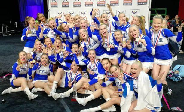 Suomen joukkue tuuletti kultamitalien kanssa.