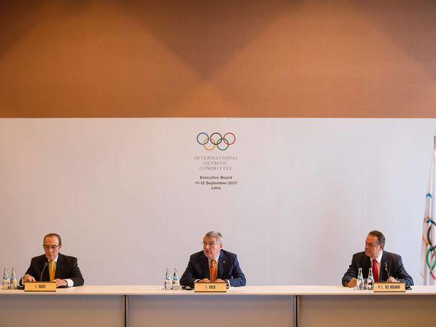 Ivan Dibos (vas.) ja KOK:n puheenjohtaja Thomas Bach ovat tekemässä päätöstä tulevien olympialaisten isäntäkaupunkeja.