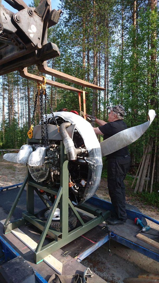Joensuusta saapunutta moottoria siirrettiin torstaina Raatteen Portin museon sisätiloihin odottamaan perjantain tilaisuutta.