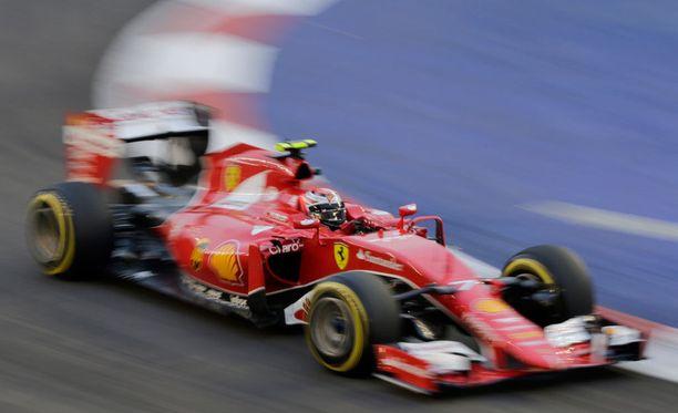 Kimi Räikkönen selviytyi kolmanneksi aika-ajon toisessa osiossa.