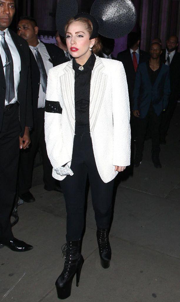 Vaatteet vaihtuivat tähden yllä tiuhaan tahtiin. Tässä Treacyn Mikki Hiiri -korvat ovat saaneet kaverikseen Michael Jackson -tyylisen kristallein koristellun hansikkaan.