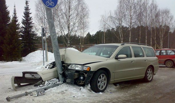 Volvon keula meni säpäleiksi tolppaanajossa Oulun Kaukovainion ostoskeskuksen pihalla.