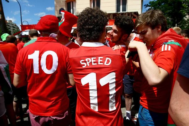 Ranskaan matkustaneet fanit eivät ole unohtaneet paineiden alle väsähtänyttä päävalmentajaa.