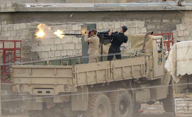 Isis on jäämässä Irakissa alakynteen. Kuvassa Irakin armeijan sotilaita taistelemassa terroristeja vastaan Al Tarabissa.
