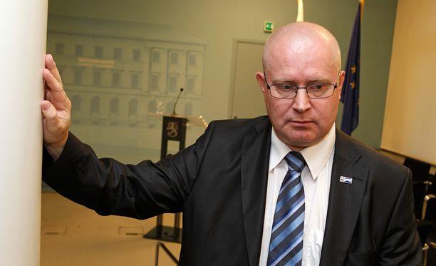 Itsekin potkut kokenut oikeus- ja työministeri Jari Lindström (ps) oli vakavana keskiviikkoillan tiedotustilaisuudessa.