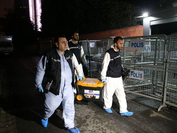 Turkin poliisin rikospaikkatutkijoita matkalla Saudi-Arabian konsulaattiin Istanbulissa viime keskiviikkona.