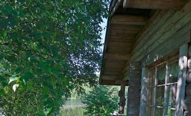 Kuvituskuva kesämökiltä. Kierrätetyn kyllästetyn puun käyttö kodeissa voi olla riski.