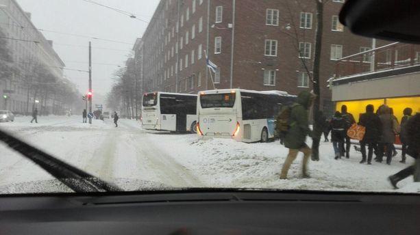 Helsinginkadulla Helsingin Kalliossa kaksi bussia oli jumissa risteyksessä paikallisen Alepan kulmilla.