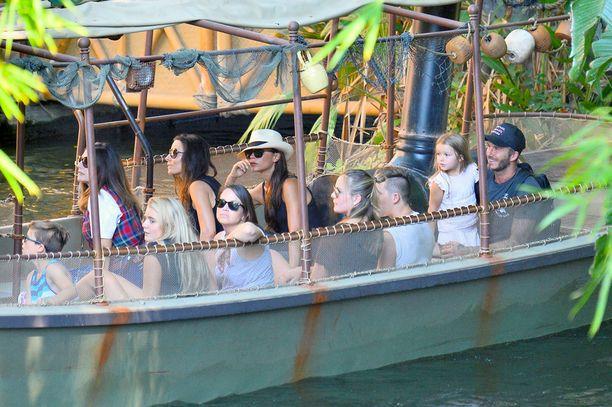 Beckhamien perhe meni myös viidakkoveneretkelle.