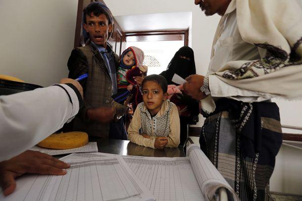 Jemeniläiset toivat tiistaina lapsiaan rokotettaviksi poliota vastaan pääkaupunki Sanaassa.
