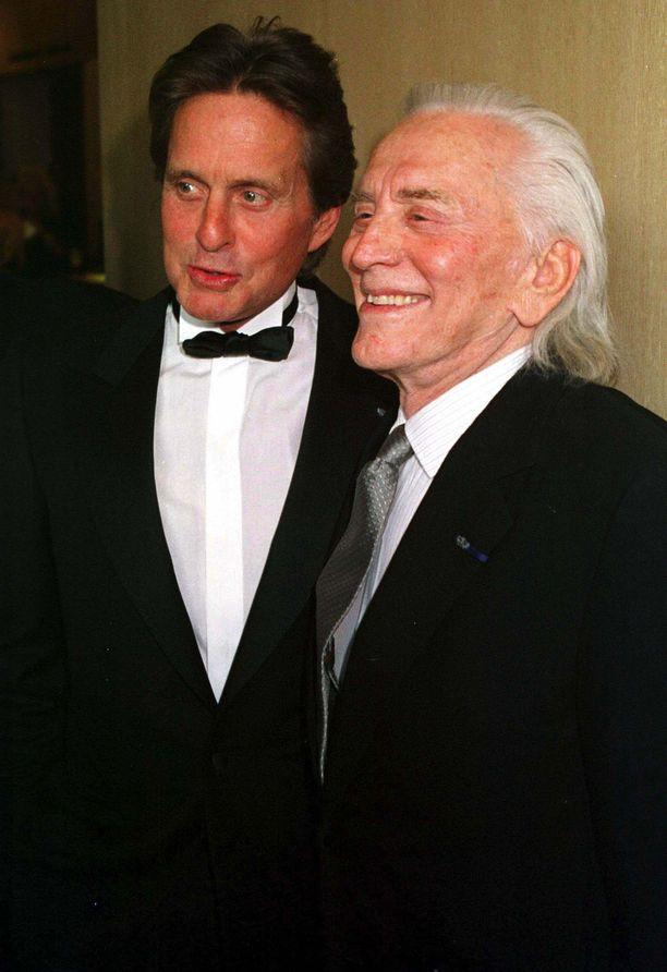 Näyttelijä Michael Douglas ja hänen edesmennyt isänsä Kirk Douglas poseeraavat vuonna 2001 otetussa kuvassa.