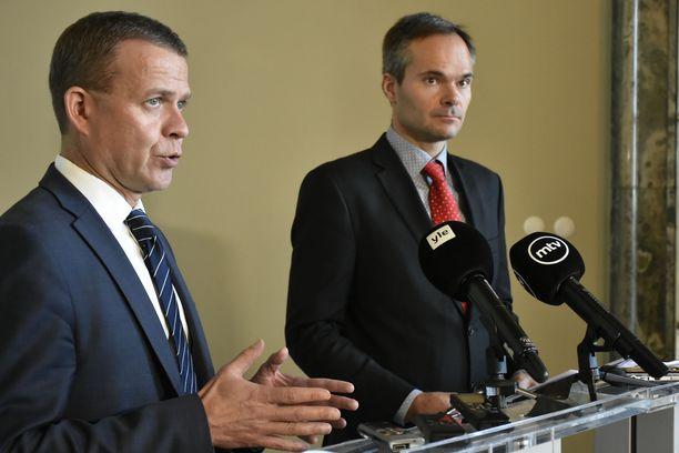 Kokoomuksen puheenjohtaja  ja eduskuntaryhmän puheenjohtaja  seisoivat valtiosalissa ryhdikkäinä.