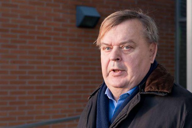 Ex-valtiosihteeri Raimo Sailas pitää hallituksen paikkausyrityksiä lähestulkoon huvittavina.