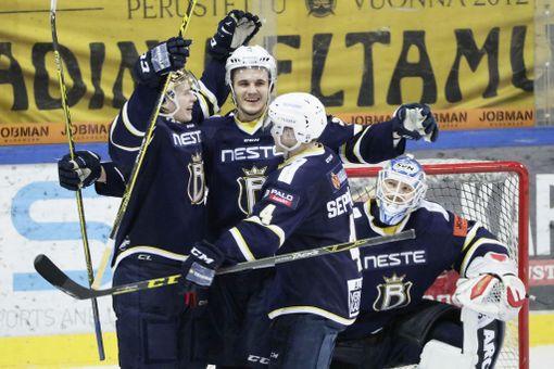 Espoo Blues pelasi viimeisen kotiottelunsa 7. maaliskuuta 2016. Kauden aloittaneen joukkueen rippeillä se voitti SaiPan 4-2. Kuvassa Antti Suomela, Victor Westermarck, Jere Seppälä ja Christian Engstrand.