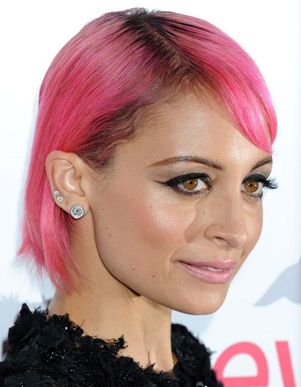 Nicole Richie yhdisti paksut rajaukset, korvalävistykset ja kirkkaanpinkit hiukset.