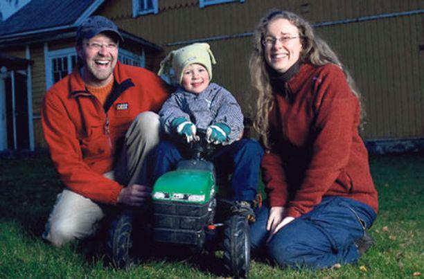 Oma piha Kimmo ja Stina Huima muuttivat Sipooseen, koska he halusivat lähelle luontoa. Keskellä pärisyttelee heidän 3-vuotias poikansa, Vilho Huima.