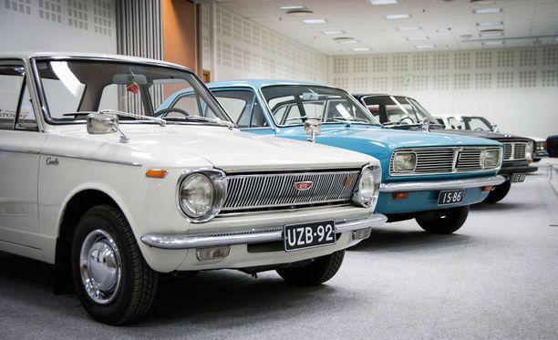 Edessä 67-mallinen Toyota Corolla, takana vuotta tuoreempi Vauxhall Viva .