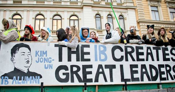 IB-linjan julisteessa viitattiin Pohjois-Korean Kim Jong-Unin opiskeluun Sveitsissä.