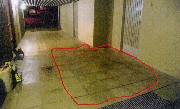 Porttikongin ympyröidyltä alueelta löytyi uhrin verta. Uhri asui samassa talossa.