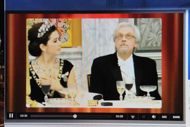 Myöhemmin videolla Mary vaikuttaa huomaavan tuijotuksen ja Arajärvi kääntää katseensa. Video on kuitenkin osoittautunut manipuloiduksi.