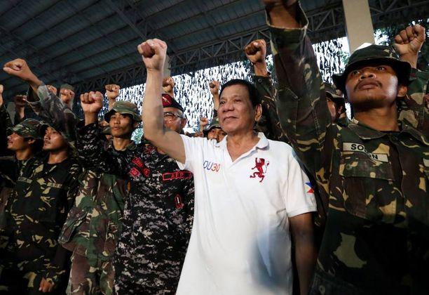 Duterte esiintyi yhdessä sotilaiden kanssa viime viikolla.