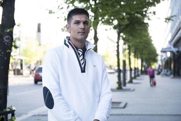 Daniel Savolainen käytti huumeita parikymppisenä. Hän on liikkunut Lahden kaduilla ikänsä. Häntä huolettaa, että yhä nuoremmille kaupataan aineita.