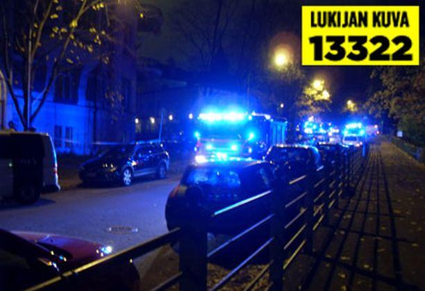 Poliisi eristi suurlähetystön edustan aamuyöllä.
