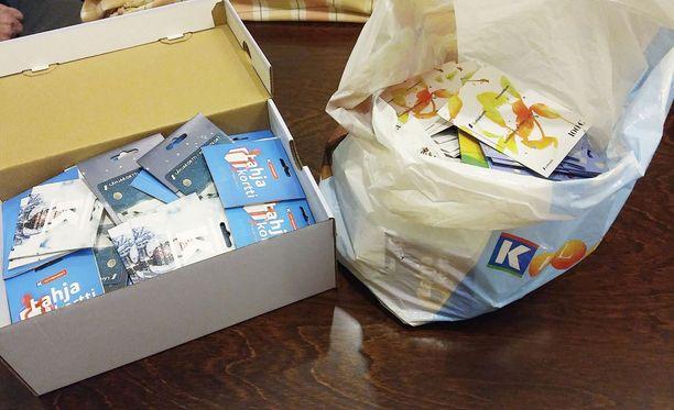 Tuntematon sotaveteraani on jo hankkinut valmiiksi yhden laatikon ja yhden muovisäkin ruokakauppojen lahjakortteja, jotka hän haluaisi lahjoittaa vähävaraisille lapsiperheille.