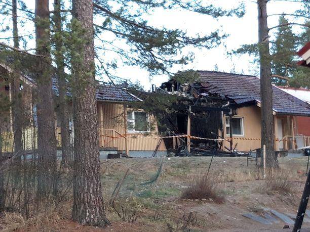 Kuvassa näkyy, että keskellä oleva asunto on tuhoutunut.