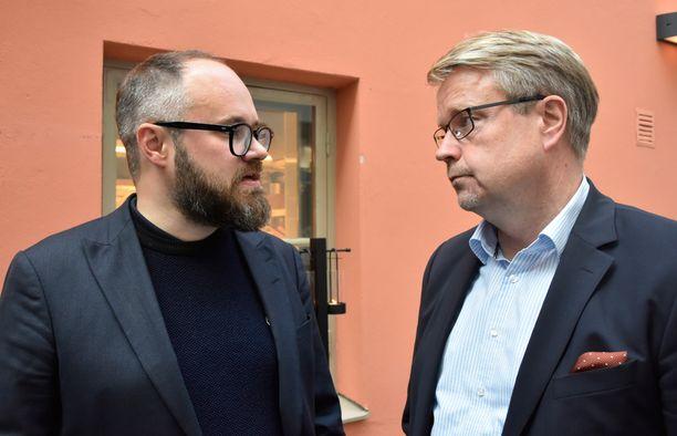Tuomas Enbuske ja Matti Apunen löysivtä juttuseuraa toisistaan.