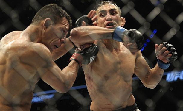 Tony Ferguson (oik.) hassutteli UFC-tilaisuudessa niin, että herkkäsydämisillä oli terveys vaarassa.