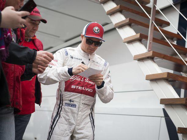 """Talvitesteissä on nähty rento ja hyväntuulinen Kimi Räikkönen, joka iloitsee siitä, että sai Alfa Romeolle siirryttyään jättää Ferrarilta tutun """"paskanjauhamisen ja politikoinnin"""" syrjään ja keskittyä ajamiseen."""