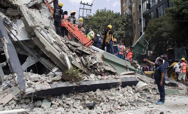 Meksikon viranomaisten mukaan tiistaisen maanjäristyksen jäljiltä on löytynyt ainakin kahdeksan surmansa saanutta ulkomaalaista.